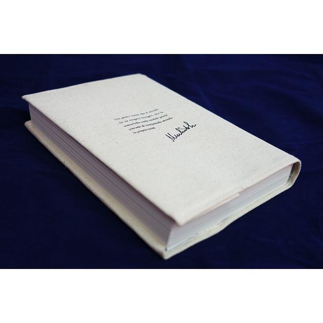 凡於金石堂網路書店購買『傅科擺【新譯本+註解本】』,限量贈送【艾可大師簽名典藏書套】乙個 ●H 22.5×W15.5cm,適用25開書籍,米白棉布材質,印有艾可簽名和義大利原文摘文:這個世界本為無惡之謎,全因人類的瘋狂,企圖以個人認定的真相加以詮釋,才使其變得可怕。贈品以實物為準,數量有限,送完為止。